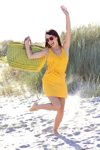 Met een lichtgewicht strandlaken huppelend naar het strand